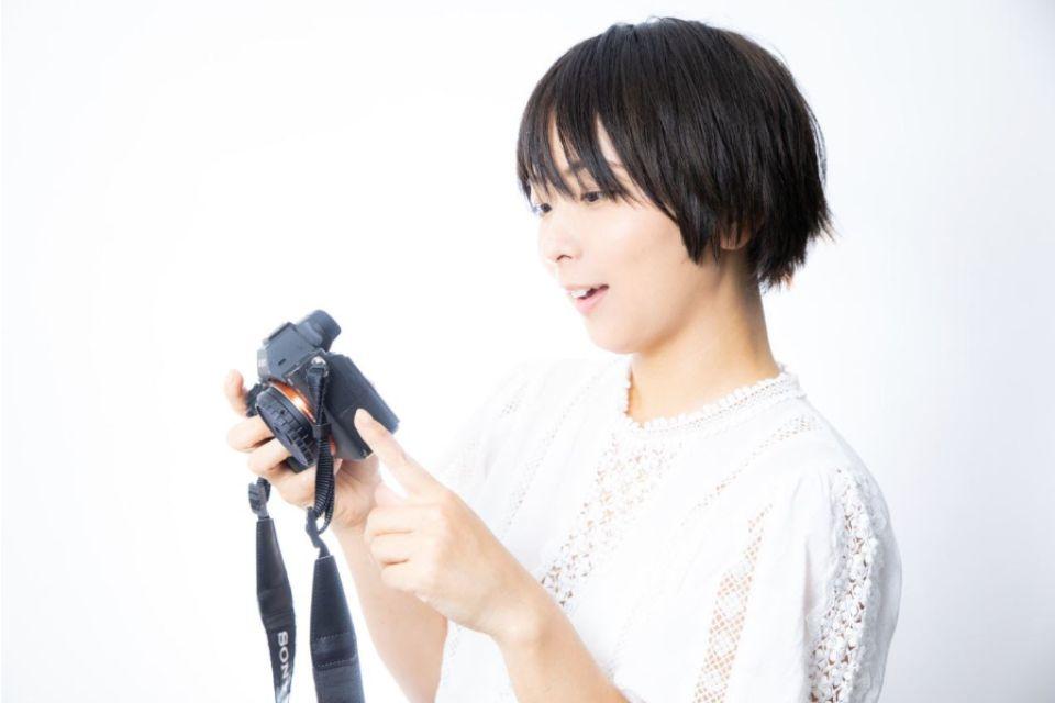 スチール写真を撮影している女性