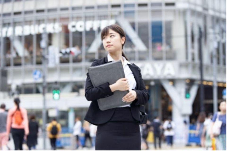 企業で働く女性の写真