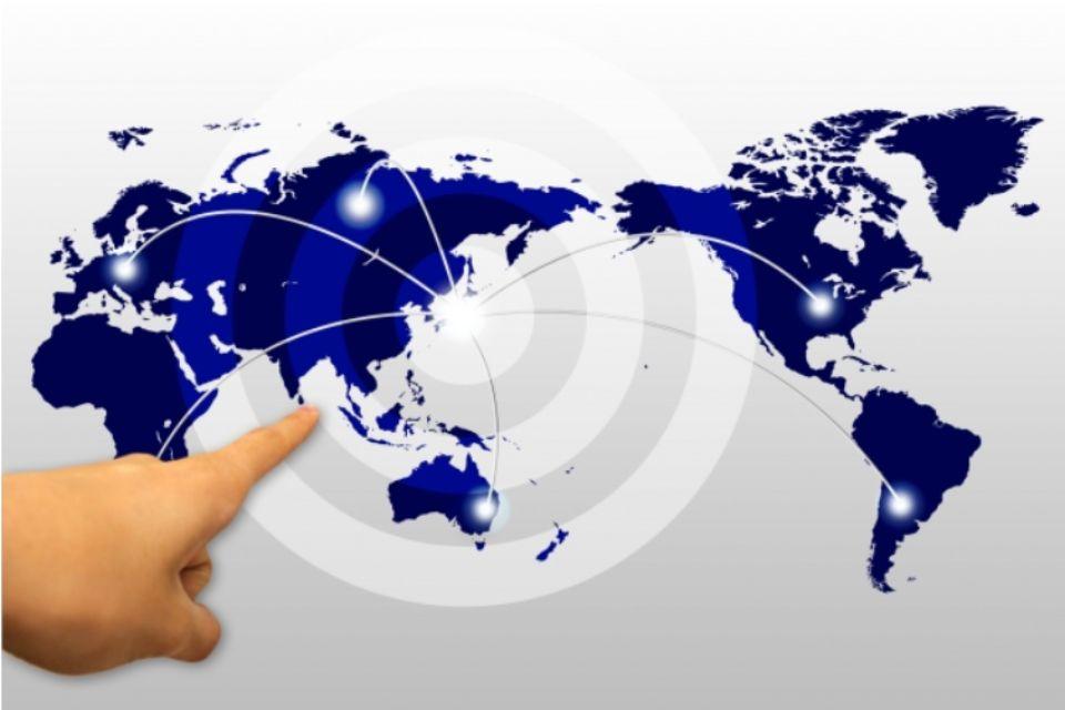 世界地図を指さす写真