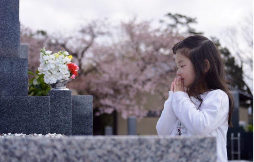 お墓参りをする幼女