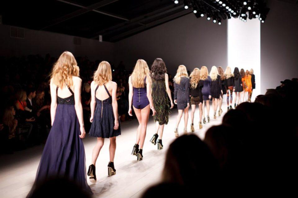 ランウェイで並び歩くモデル達