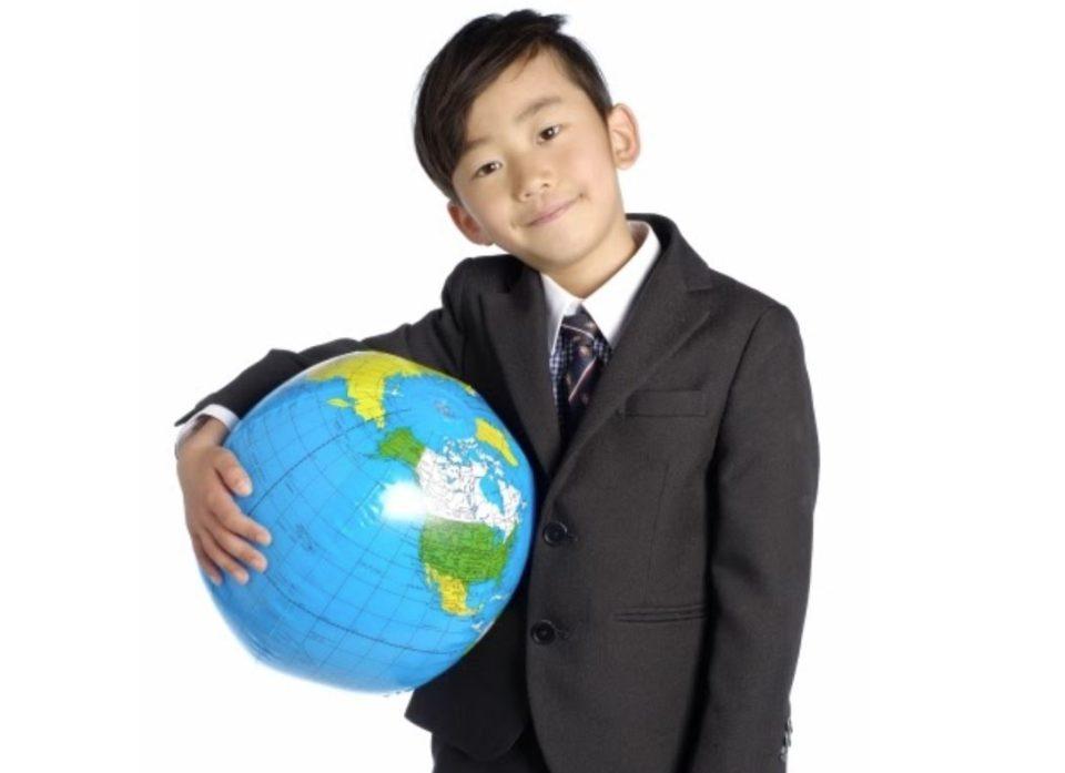 地球儀を抱えたスーツ姿の男の子