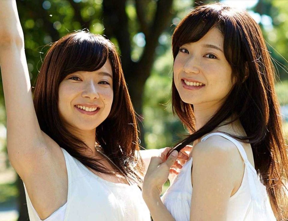 おそろいの白い服を着た2人の女性モデル