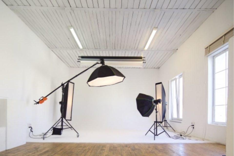 室内を白でまとめた撮影スタジオ
