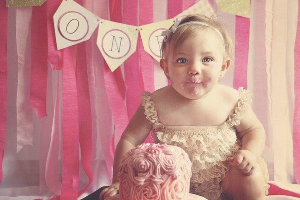 ケーキを食べている赤ちゃん