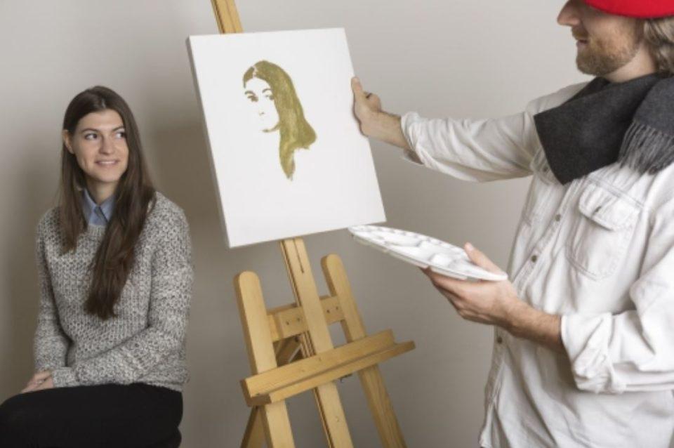 女性の絵画モデルとキャンバスに作成中の画家