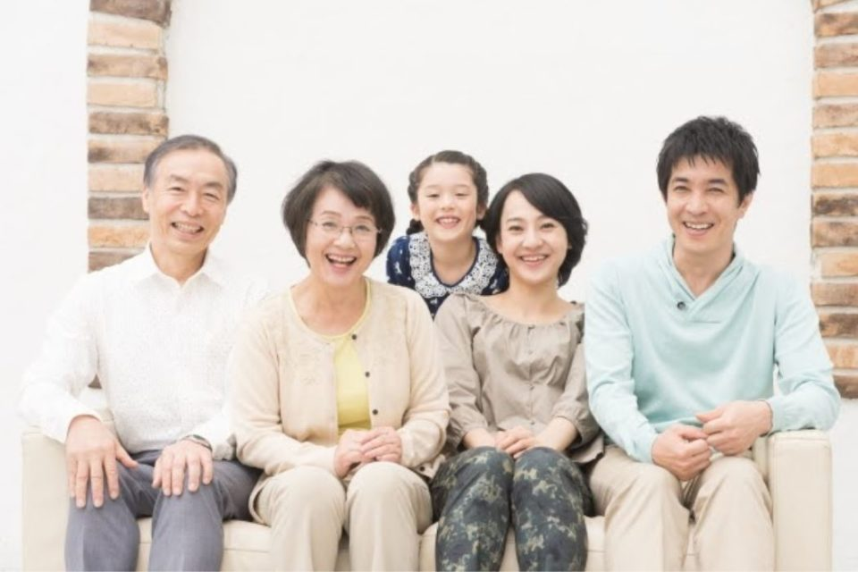 3世代家族の記念写真