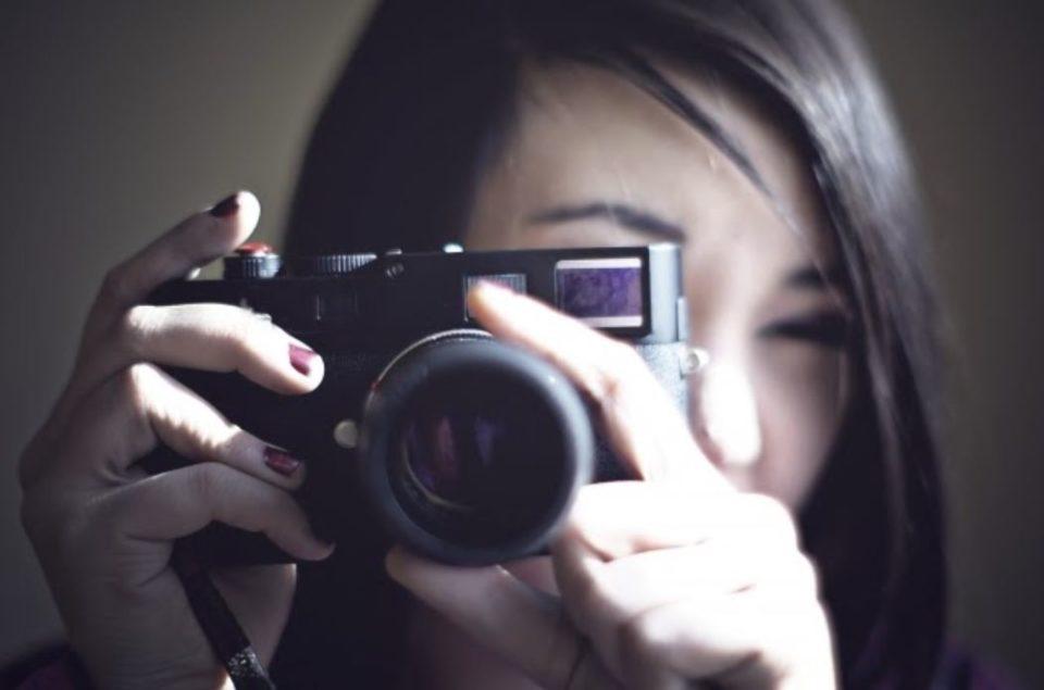カメラをかまえた女性の正面図