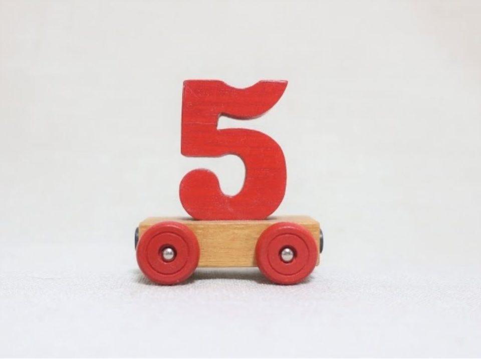 おもちゃの車に載せられた木型の「5」