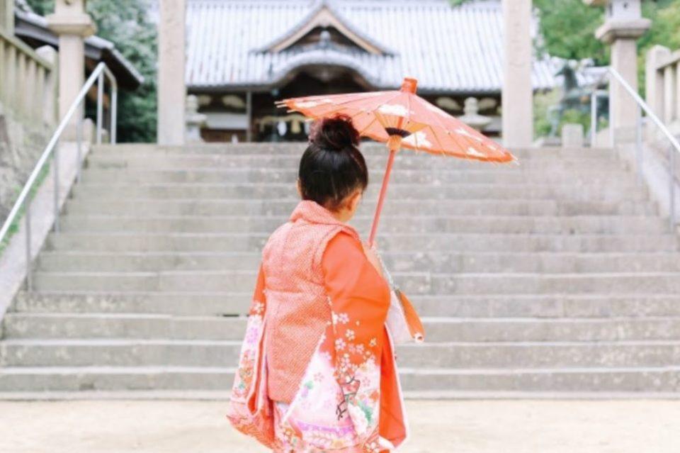 七五三で、神社前で傘を持つ女の子の後ろ姿