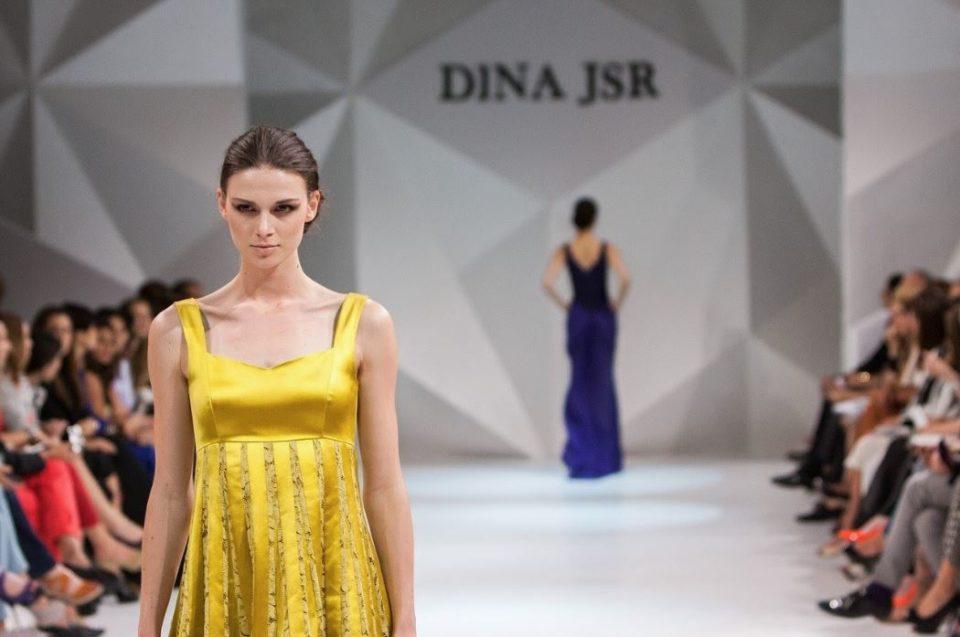 流行ファッションを扱うショーとモデルの女性2人