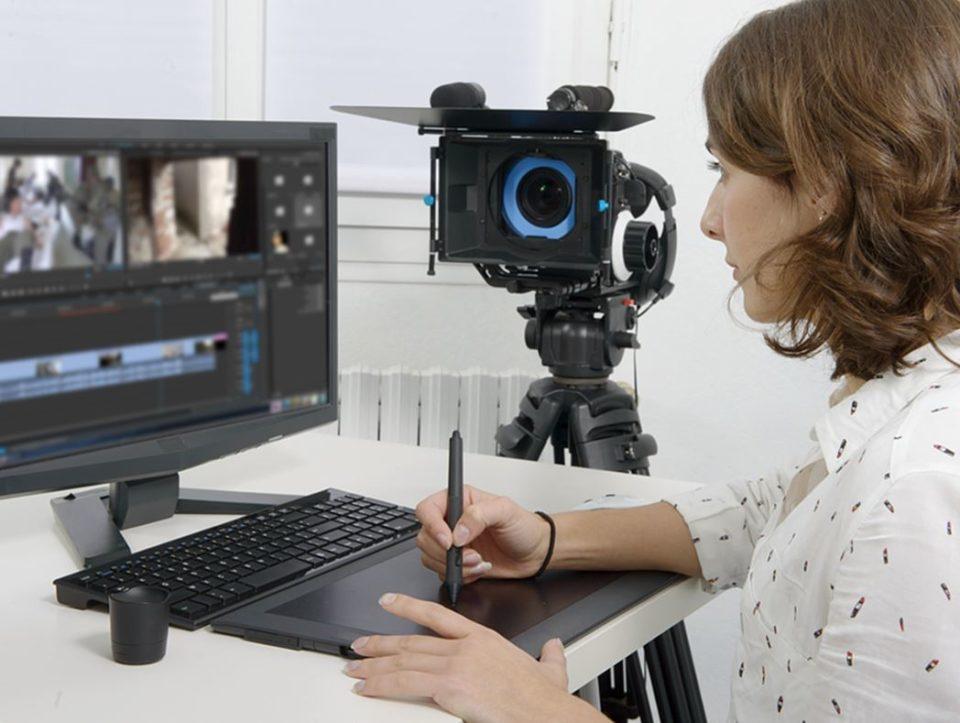 動画制作中の女性