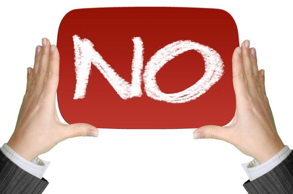 赤地に白字で「NO」と書かれている