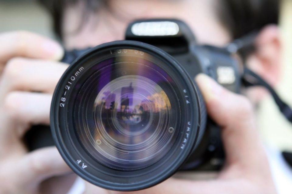 一眼レフを持つプロカメラマン