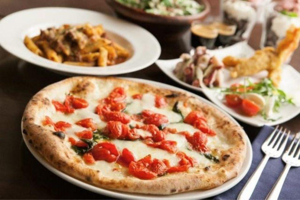 ピザなどが並ぶイタリア料理店