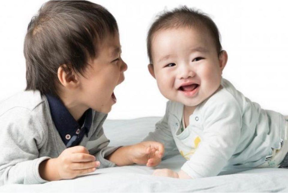 仲良さげな男児と赤ちゃん