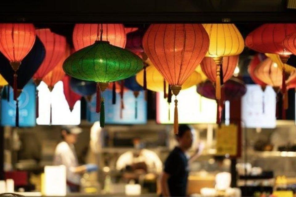 提灯が並ぶエスニック料理店